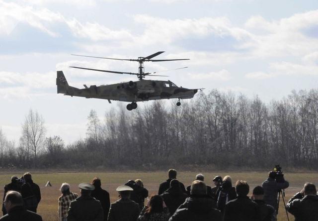 """Trực thăng chiến đấu """"cá mập đen"""" Kamov Ka-50 bay trên khu vực gần nhà máy sản xuất máy bay Progress tại thành phố Arsenyev."""