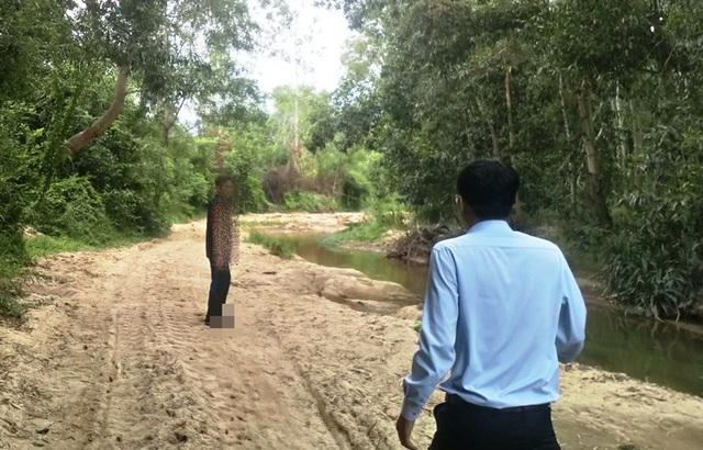 Người dân địa phương dẫn chúng tôi tới hiện trường khai thác cát tại suối Đập Làng.