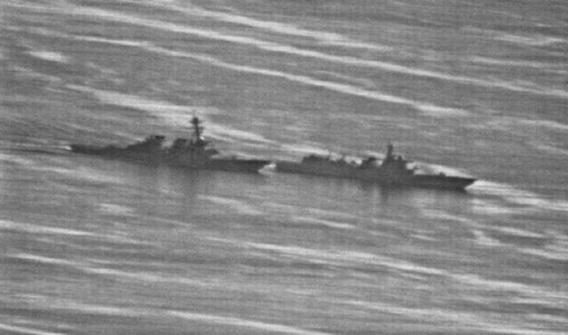 Hình ảnh ghi lại tàu Trung Quốc (bên phải) thực hiện hành động áp sát nguy hiểm tàu Mỹ trên Biển Đông (Ảnh: US Navy)
