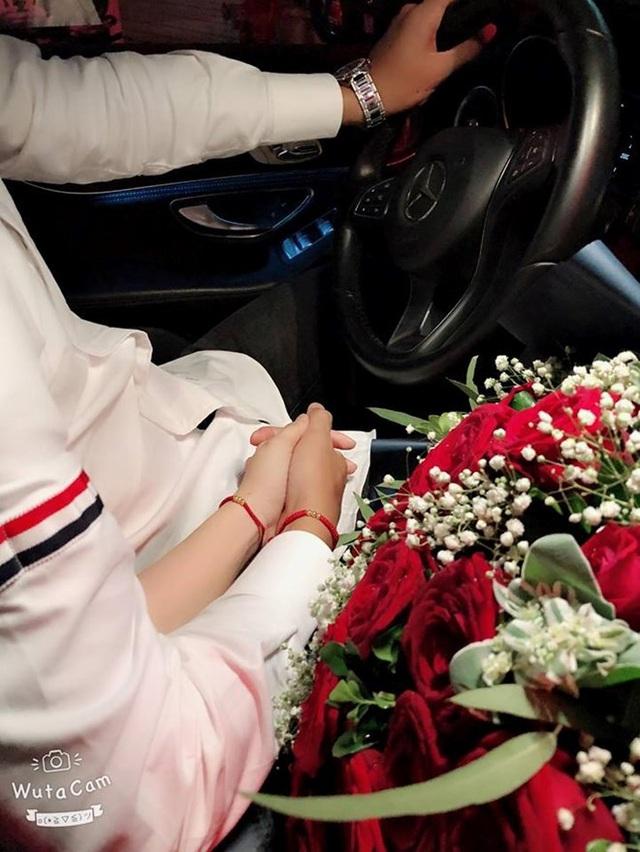 Khánh Linh - bạn gái Bùi Tiến Dũng cũng đăng ảnh hai người tay trong tay lên mạng xã hội