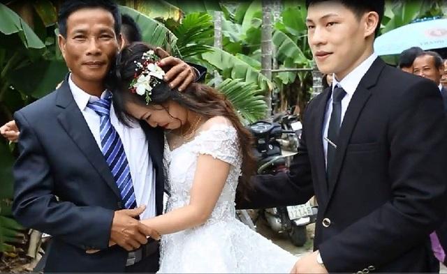 Cô dâu xúc động ôm chú ruột khóc nấc trước khi về nhà chồng