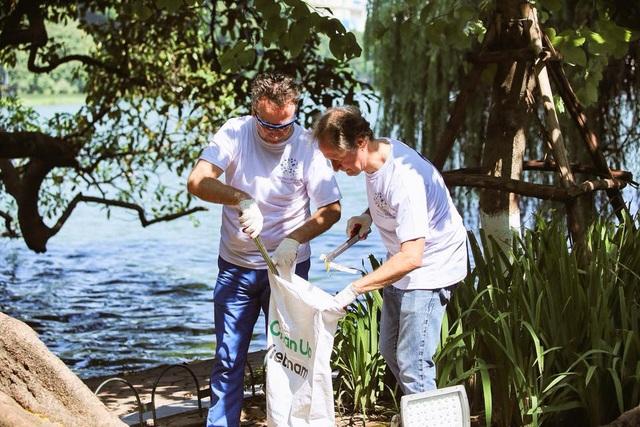 Đại sứ Bruno Angelet (phải) tham gia một hoạt động bảo vệ môi trường tại Hà Nội cùng Đại sứ Séc tại Việt Nam Vítězslav Grepl (Ảnh: Phái đoàn Liên minh châu Âu)