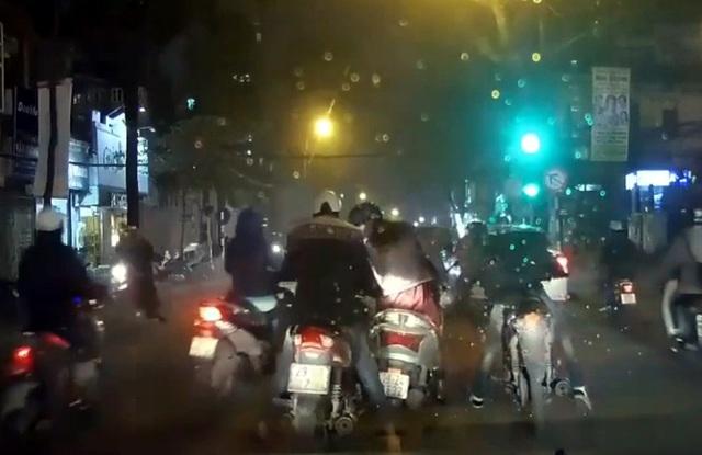 Màn kịch va chạm giao thông để trộm cắp tài sản của người đi đường.