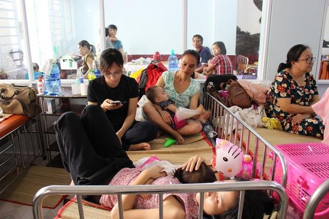 Bệnh viện đang phải căng mình tiếp nhận, điều trị cho những trẻ bệnh nặng
