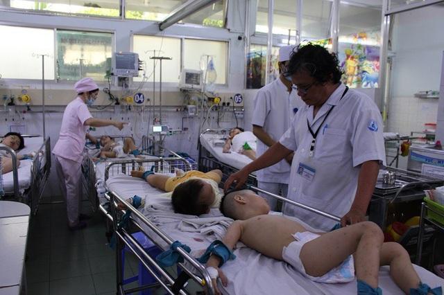 Bệnh nhân đông, nhiều ca bệnh nặng phải theo dõi liên tục
