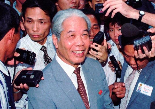 Ông Đỗ Mười trò chuyện với báo giới sau khi được tín nhiệm bầu lại làm Tổng Bí thư năm 1996 (Ảnh: Xoan Lam/AP)