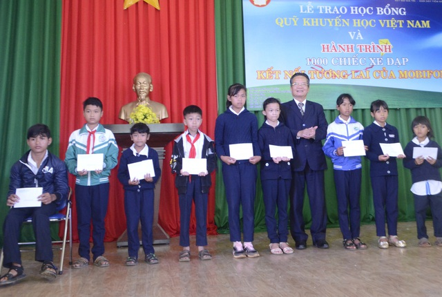 Lãnh đạo Hội Khuyến học tỉnh Lâm Đồng trao học bổng cho các em học sinh nghèo vượt khó huyện Di Linh.