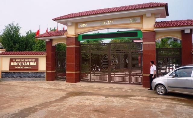 Tại cổng UBND xã, mặc dù anh T. đã quỳ gối xin lỗi nhưng vẫn phải đánh đến ngất lịm.