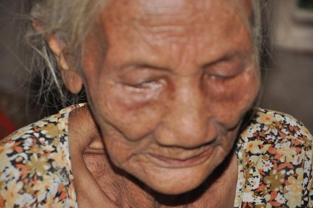 Bà già yếu, cũng cạn cả nước mắt để mà khóc.
