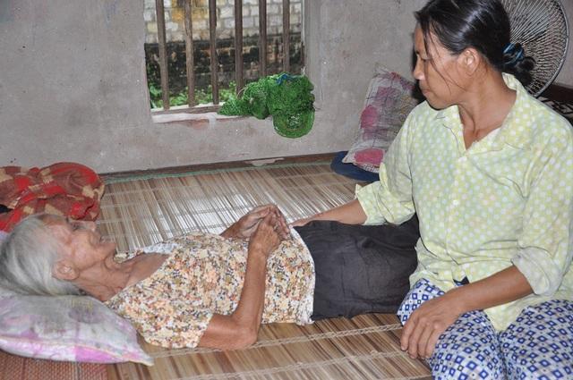 Xót thương mẹ già 85 tuổi bất lực nhìn 2 con tâm thần đánh nhau - 8