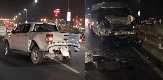 Hai chiếc xe ô tô biến dạng sau vụ va chạm trên cầu Nhật Tân (Ảnh: CTV)
