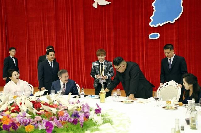 Văn phòng Tổng thống Hàn Quốc ngày 2/10 đã công bố các bức ảnh hậu trường được chụp trong chuyến thăm của Tổng thống Moon Jae-in tới thủ đô Bình Nhưỡng từ ngày 18-20/9. Đây là hội nghị thượng đỉnh lần thứ 3 trong năm nay của Hàn Quốc và Triều Tiên. Trong ảnh: Nhà lãnh đạo Kim Jong-un tham gia màn ảo thuật do ảo thuật gia Hàn Quốc Choi Hyun-woo thực hiện trên bàn tiệc tại nhà khách Mokran ở Bình Nhưỡng hôm 18/9.