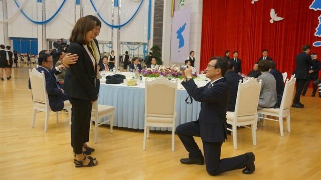 Người phát ngôn Văn phòng Tổng thống Hàn Quốc Kim Eui-kyum quỳ gối chụp ảnh cho lãnh đạo đảng Công lý Hàn Quốc Lee Jeong-mi.
