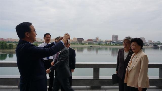 Bộ trưởng Bộ Thống nhất Hàn Quốc Cho Myoung-gyon (trái) chụp ảnh Ngoại trưởng Hàn Quốc Kang Kyung-hwa (áo đen) trong chuyến đi tới Triều Tiên.