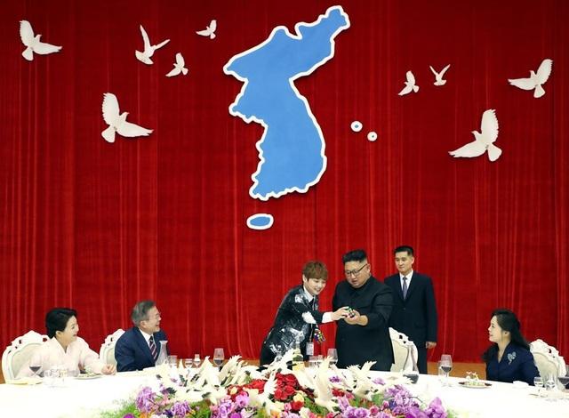 Tổng thống Moon Jae-in và hai đệ nhất phu nhân Hàn Quốc và Triều Tiên cười vui vẻ khi theo dõi màn ảo thuật giữa ảo thuật gia Choi Hyun-woo và nhà lãnh đạo Kim Jong-un.