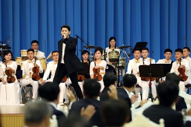 Ngôi sao hip hop Hàn Quốc Zico biểu diễn trong bữa tiệc tối tại nhà khách Mokran hôm 18/9.