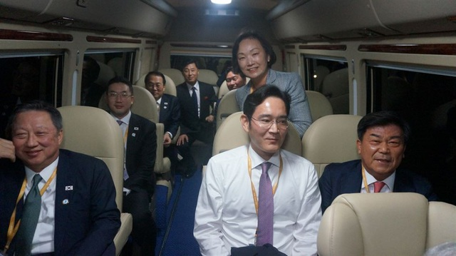 Các lãnh đạo doanh nghiệp hàng đầu của Hàn Quốc ngồi trên xe buýt khi tháp tùng Tổng thống Moon Jae-in tại Triều Tiên, gồm Chủ tịch Phòng Thương mại và Công nghiệp Hàn Quốc Park Yong-maan (bên trái hàng trên), Phó Chủ tịch Samsung Electronics Lee Jae-yong (giữa) và Chủ tịch LG Group Koo Kwang-mo (bên trái hàng dưới).