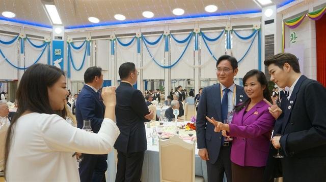 Phó Chủ tịch Samsung Electronics Lee Jae-yong (đeo kính) chụp ảnh cùng ca sĩ Hyon Song-wol, trưởng nhóm nhạc nữ nổi tiếng của Triều Tiên, và ngôi sao K-pop Zico.