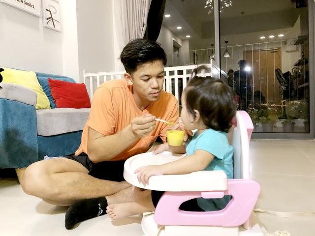 Nam ca sĩ đã mất khá nhiều thời gian để học cách chăm sóc cho các bé.