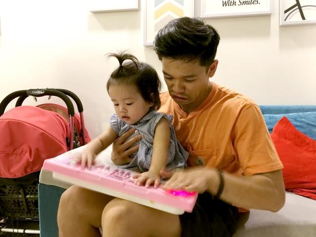 Đôi lúc, Trọng Hiếu méo mặt vì những tình huống khó lường khi chăm sóc trẻ em.