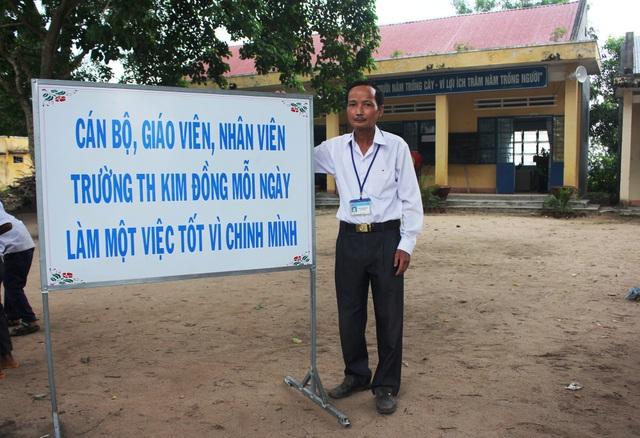 Thầy Khoa đã nghĩ ra câu khẩu hiệu nhằm khích lệ các giáo viên trong trường phấn đấu cùng làm việc tốt