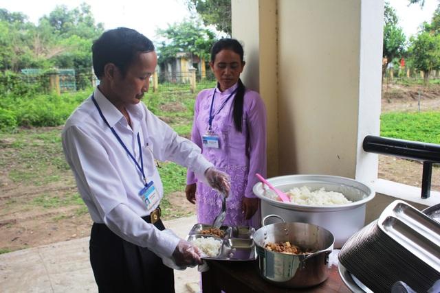 Thầy Khoa đã dùng số tiền lương của mình để hỗ trợ xây dựng bếp ăn cho học sinh lớp 1