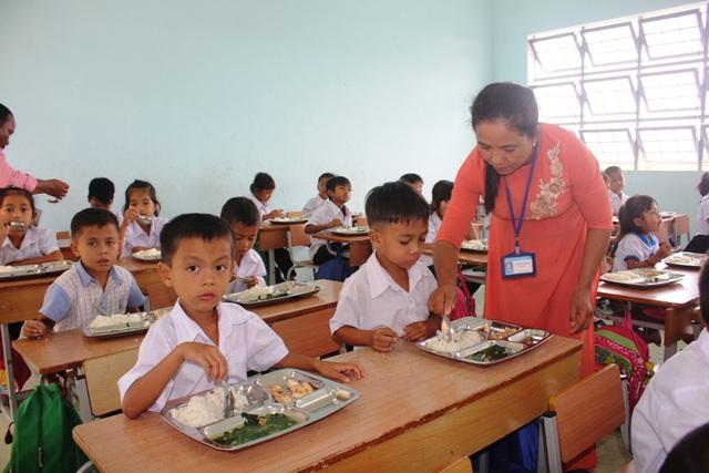 Niềm vui của các học sinh vùng cao khi được ăn cơm bữa trưa tại trường