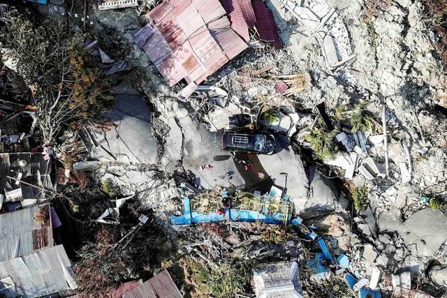 Cảnh tượng tan hoang tại Indonesia sau thảm họa kép (Ảnh: Reuters)