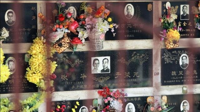 Một nghĩa trang ở Trung Quốc có các hốc đựng hũ tro cốt và bia mộ bên ngoài (Ảnh: SCMP)