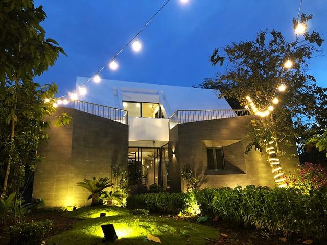 Ban đêm căn nhà cũng vô cùng nổi bật với hệ thống chiếu sáng hiện đại.