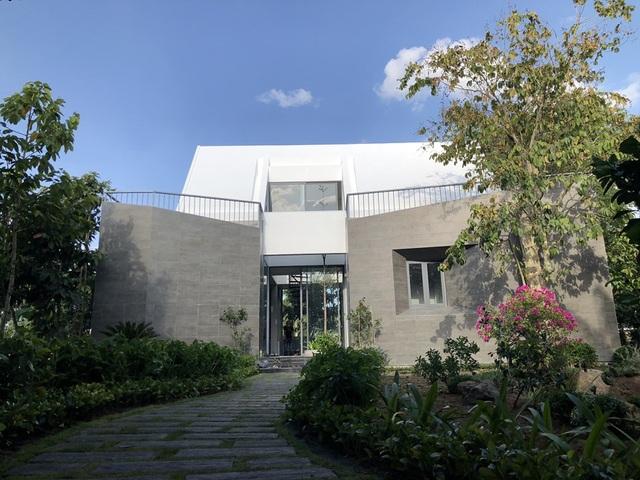 Ngôi nhà mới được bao phủ bởi rất nhiều cây xanh cổ thụ và hoa, điều này tạo nên sự trong lành và yên bình. Bên trong nhà được thiết kế theo lối kiến trúc hiện đại, lạ mắt.