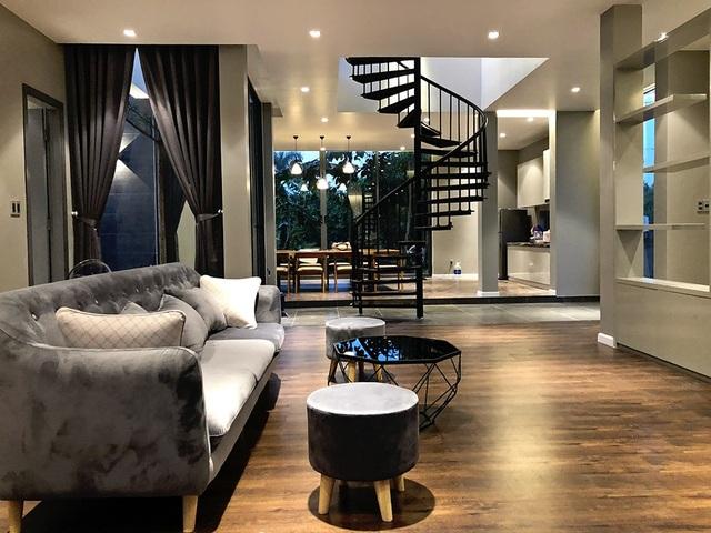 Nội thất trong nhà, từng chiếc ghế, giường và bàn ăn đều được chính Cao Thái Sơn lựa chọn theo phong cách hiện đại và tông màu chủ đạo của không gian là màu xám kết hợp màu gỗ mộc tạo nên sự ấm áp cho căn nhà gần gũi với thiên nhiên.