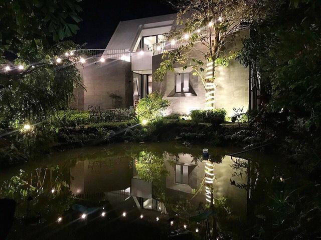Cao Thái Sơn cho biết, căn nhà này mang một ý nghĩa rất lớn khi chính nam ca sĩ cho thiết kế và xây dựng từ nền móng đầu tiên khi chỉ là một miếng đất xung quanh toàn cây cối và ao cá.
