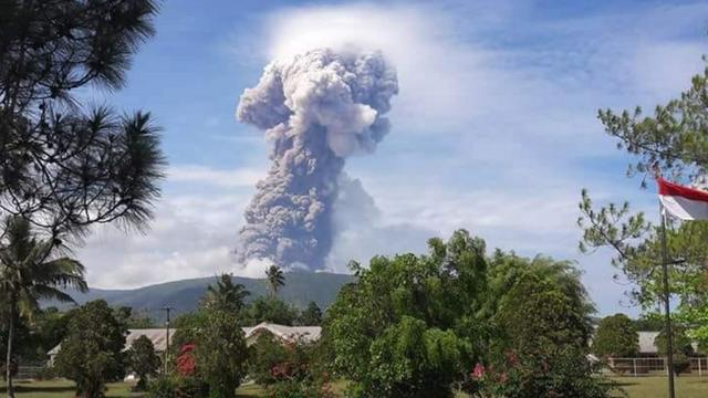 Núi lửa Soputan trên đảo Sulawesi phun khói bụi sau thảm họa kép. (Ảnh: Twitter)