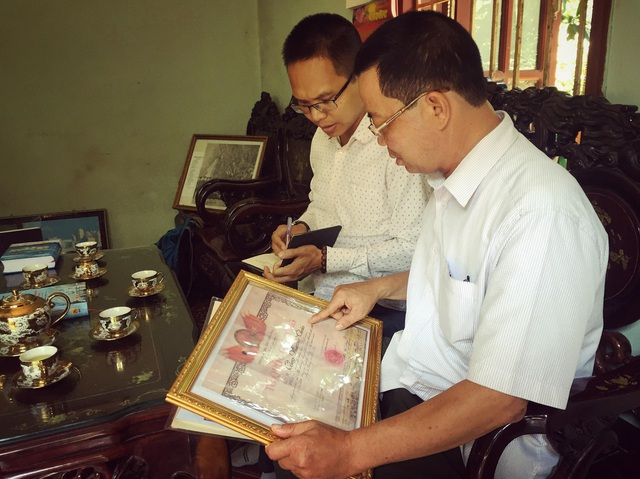 Ông Công Văn Mão (phải) chia sẻ câu chuyện về liệt sĩ phi công Công Phương Thảo với PV Dân trí.