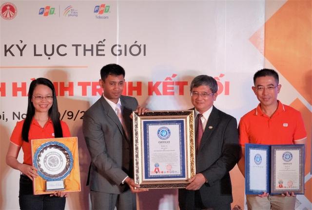 Chủ tịch FPT Telecom Chu Thanh Hà (ngoài cùng bên trái) cùng Ban lãnh đạo FPT tại lễ trao Kỷ lục thế giới cho Hành trình kết nối.
