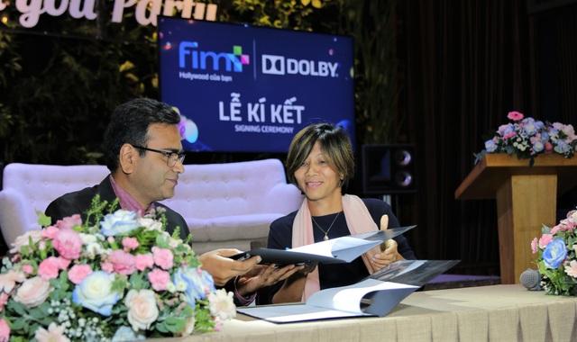 Hình ảnh ký kết giữa Công ty CP Fim Plus và Công ty âm thanh Dolby Laboratories