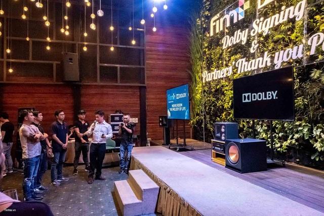 Đại diện Dolby Laboratories trình diễn âm thanh Dolby Audio tại sự kiện ký kết