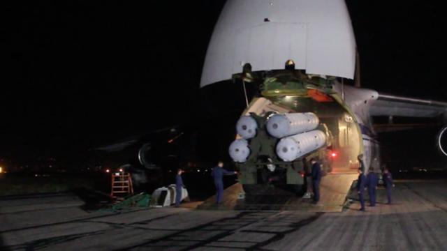 Máy bay vận tải lớn nhất thế giới vận chuyển S-300 cùng nhiều khí tài khác đến Syria. (Ảnh: Bộ Quốc phòng Nga)