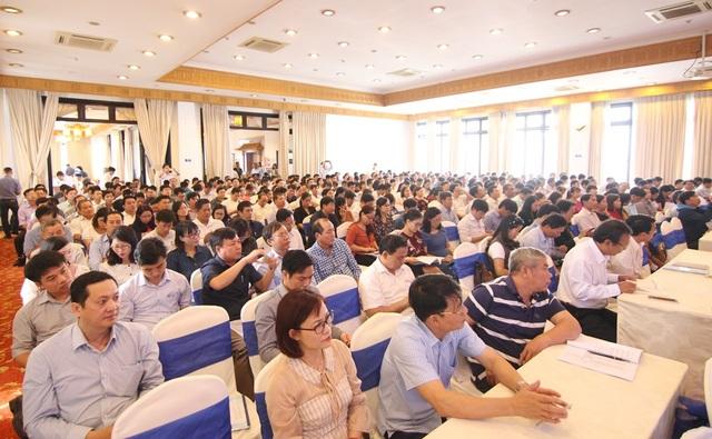 Các đại biểu chăm chú lắng nghe các chính sách, định hướng mới về nghề nghiệp thời đại mới 4.0 cho công tác HSSV
