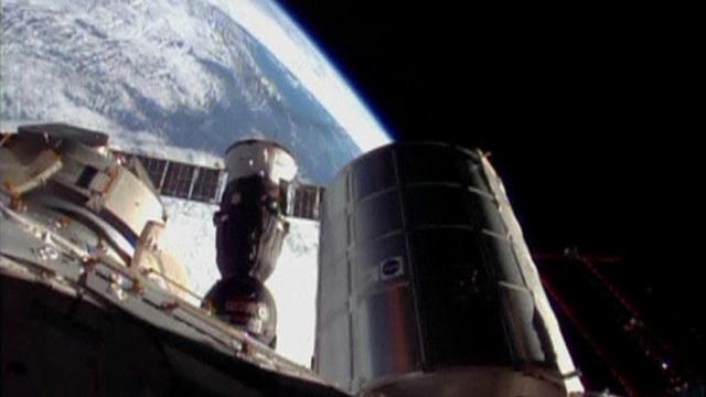 Tàu vũ trụ Soyuz đỗ trên Trạm Không gian Quốc tế. Ảnh: Reuters