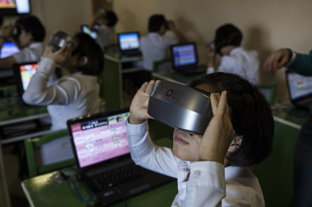 Các sinh viên được sử dụng các trang thiết bị học tập hiện đại như máy tính xách tay, tai nghe hay kính thực tế ảo tại trường sư phạm ở Triều Tiên.