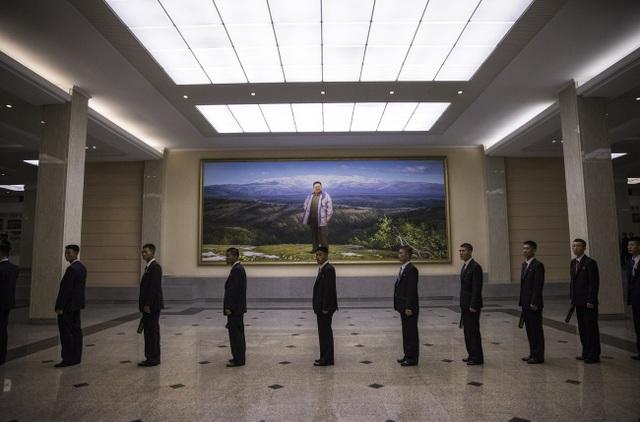 Các nhân viên an ninh cầm máy dò kim loại để kiểm tra trước khi bắt đầu chương trình nghệ thuật tại nhà hát Mansudae ở Bình Nhưỡng.