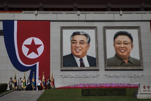 Chân dung hai cố lãnh đạo Kim Nhật Thành và Kim Jong-il tại quảng trường Kim Nhật Thành trong lễ duyệt binh.