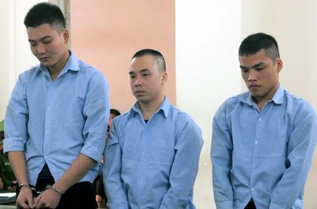 Lê Văn Dương (ngoài cùng bên trái) và đồng phạm tại tòa.