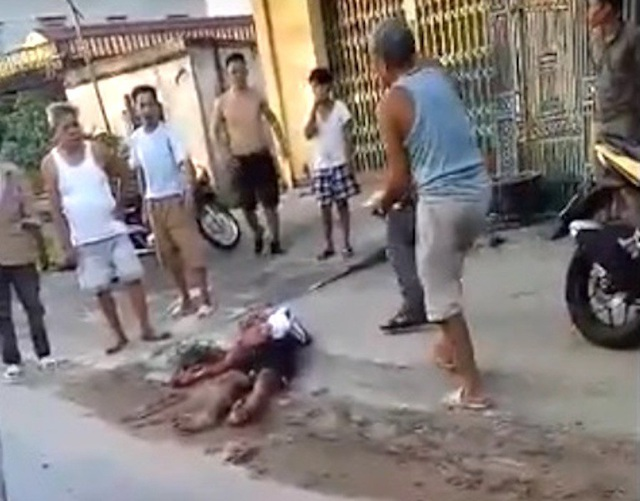 Camera ghi lại cảnh côn đồ mang dao phóng lợn vào tận nhà dân truy sát dã man - Ảnh 2.