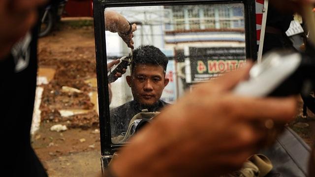 Nhiều người trẻ cũng tìm đến cắt tóc và đây cũng là đối tượng khách yêu thích của học viên vì họ yêu cầu nhiều kiểu mới lạ, đòi hỏi kỹ thuật và tư duy.