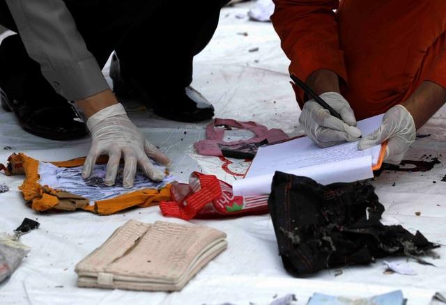 Các vật dụng cá nhân của các nạn nhân được trục vớt (Ảnh: Reuters)