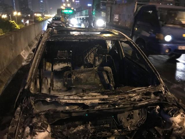 """Hà Nội: Mazda 3 cháy """"tan nát"""" trên đường vành đai 3 trên cao - 1"""