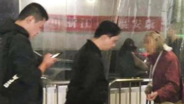 Nhà ga Hàng Châu Đông cảnh báo hành khách không cho tiền bà lão đóng giả ăn xin. (Nguồn: Weibo)
